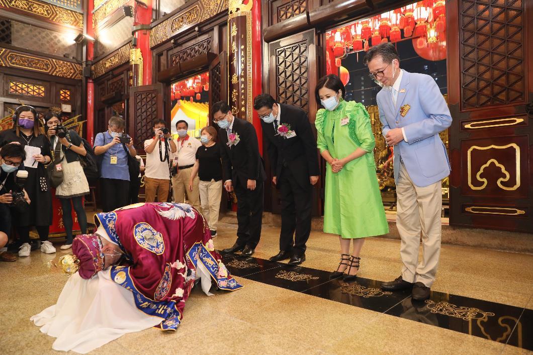 一眾主禮嘉賓入大殿上香,為香港祈求風調雨順、全港市民身體健康。